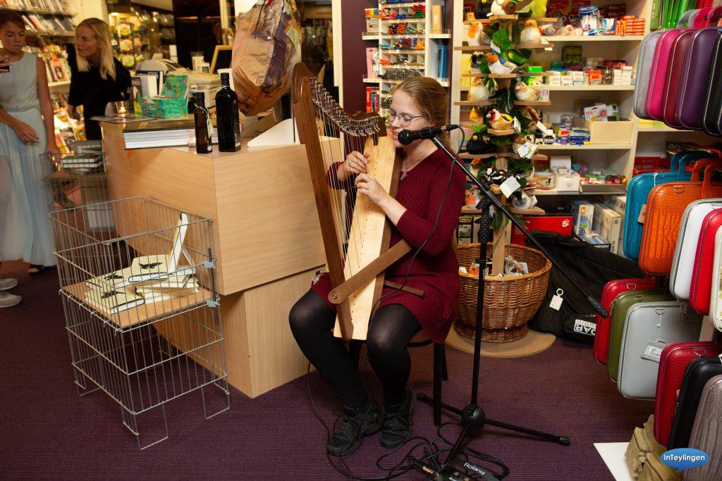 Cathinca speelt harp bij boekhandel wagner, foto door deteylinger