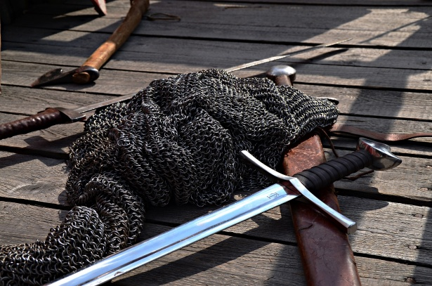 middeleeuws wapentuig en malienkolder op de grond gevecht